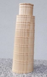 Schiefer Turm von Pisa aus Esche und Olive
