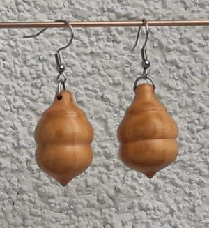 Ohranhänger aus Fliederholz